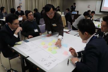 多子社会の実現に向け意見を交わす参加者たち=大村市中央公民館