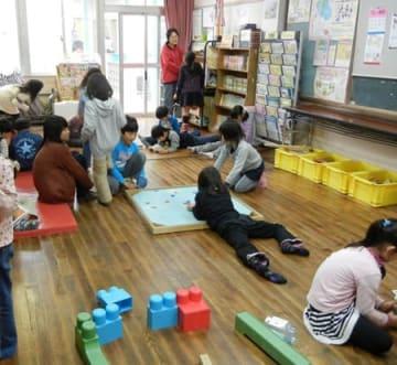放課後を思い思いに過ごす学童保育の児童たち(京都市内)=写真と本文は関係ありません