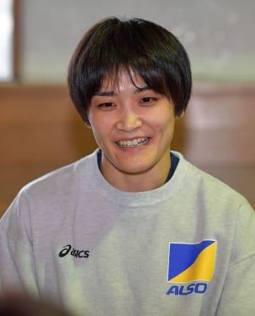 東京五輪へ向けた意気込みを報道陣に語る伊調馨選手=16日午後、八戸市武道館
