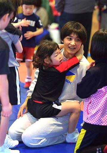 レスリング教室の合間に子どもたちと触れ合う伊調馨選手=16日午後、八戸市武道館