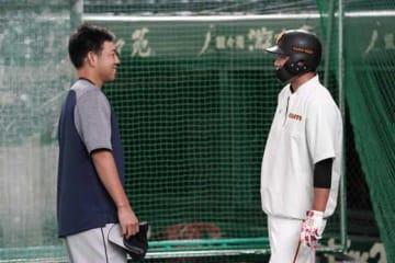 試合前に菊池雄星と談笑した巨人・坂本勇人(右)【写真:Getty Images】