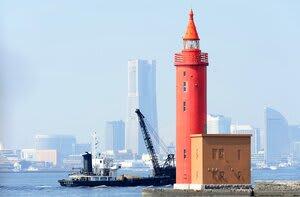 横浜港のシンボル、横浜外防波堤北灯台。横浜航路をはさんだ南灯台とともに廃止される=横浜港