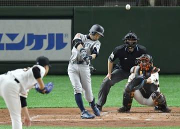 巨人戦の2回、中飛に倒れるマリナーズのイチロー。投手今村、捕手小林=東京ドーム