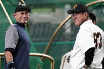 試合前に談笑したマリナーズ・イチロー(左)と巨人・原監督【写真:Getty Images】