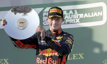 自動車のF1オーストラリア・グランプリで3位に入り、笑顔を見せるレッドブル・ホンダのマックス・フェルスタッペン=メルボルン(AP=共同)