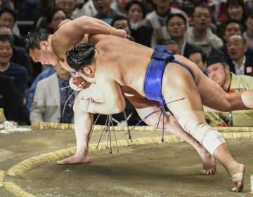 白鵬(左)が小手投げで栃煌山を下す=エディオンアリーナ大阪