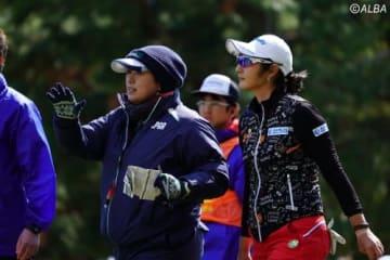 13番の罰打について16番ティで競技委員から説明を受けるペ・ソンウ(撮影:鈴木祥)