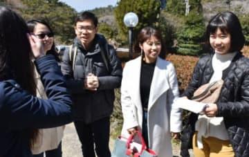 香港の観光客を案内する東莉乃さん(右)と茉緒さん(右から2人目)=湧水町の栗野岳温泉