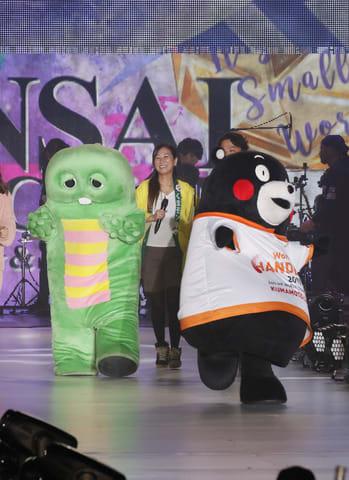 「KANSAI COLLECTION 2019 SPRING&SUMMER」に登場したくまモン(右)とガチャピン