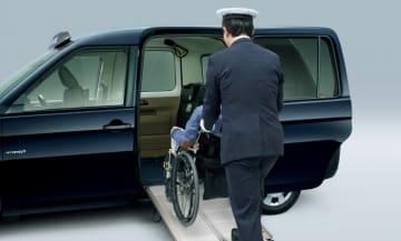 車いす乗降用スロープ。(画像: トヨタ自動車の発表資料より)
