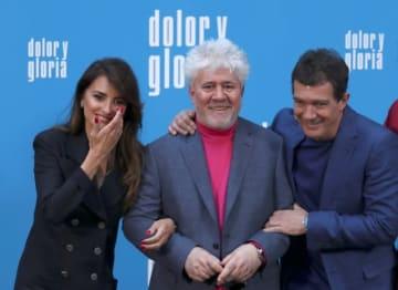 3月12日、スペインの巨匠ペドロ・アルモドバル監督(中央)が、3年ぶりの新作「Pain and Glory(英題)」の公開を控えてマドリードで記者会見を行った。出演したペネロペ・クルス(左)、アントニ