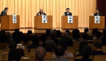パネル討論に臨む多川貫首(左から2人目)たち