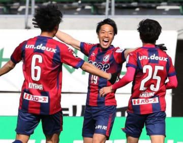 後半20分、勝ち越しゴールを決めて喜ぶファジアーノ岡山の仲間隼斗(中央)=シティライトスタジアム