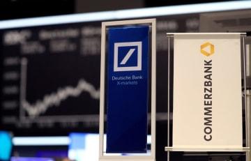 ドイツ銀行(左)とコメルツ銀行のロゴ=2016年9月、フランクフルトの証券取引所(ロイター=共同)