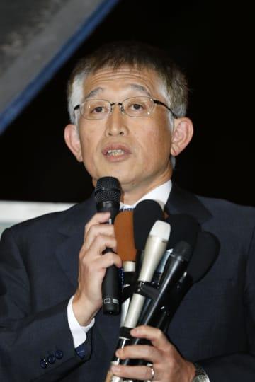 兵庫県明石市の出直し市長選で勝利し、あいさつする泉房穂前市長=17日午後、明石市