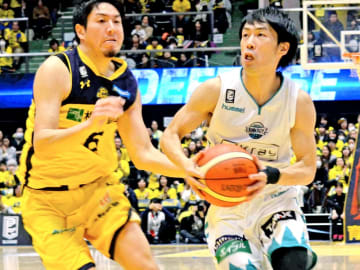第4Q、ゴール下に攻め込む京都の綿貫(右)。左は栃木の比江島=宇都宮市体育館