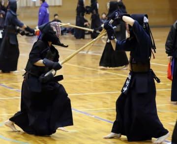 女子の練習試合で筑波大の竹中(右)を相手に、果敢に攻める島原高の岩本=長崎県島原市、島原高体育館