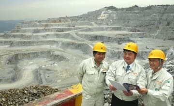 セメントの原料となる石灰石の鉱山。機械化などで従事する人の数は減ったが、津久見を支える主要産業は健在だ