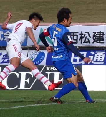 【福島U―カターレ富山】勝ち越しゴールを決める福島UのFW武(左)