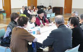 奉仕活動の魅力などについて意見を出し合う参加者たち