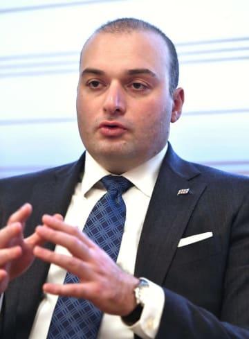 インタビューに答えるジョージアのバフタゼ首相