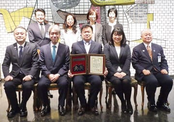小林副市長(前列左)を訪問した、奥田会長(同中央)と会員、八釼署長ら※瀬谷消防署より写真提供