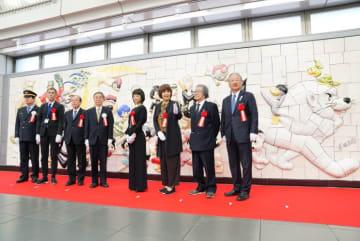手塚治虫キャラクターの壁画  国際展示場駅に設置
