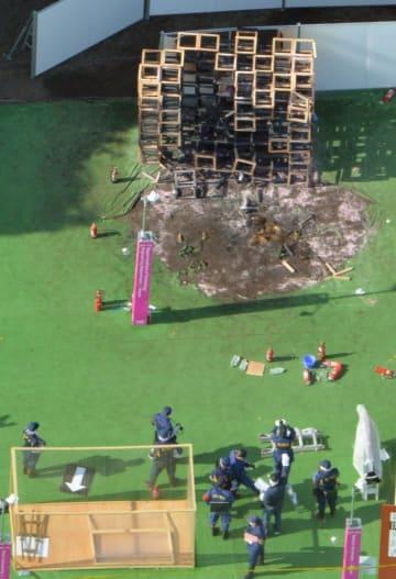 東京・明治神宮外苑のイベント会場で、男児が死亡した火災現場を調べる捜査員=2016年11月7日