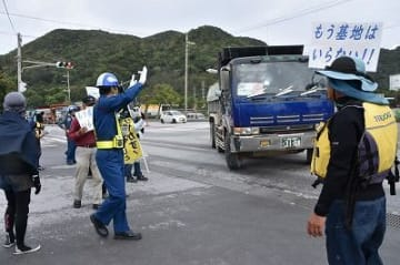安和の桟橋前で1週間集中抗議開始 市民ら30人「違法工事に加担するな」 名護市辺野古の新基地建設