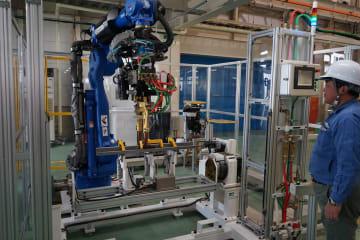溶接ロボットを組み合わせ、部品製造を模擬体験できる