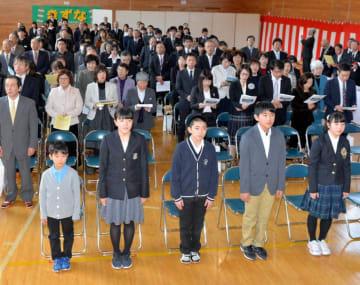 感謝の思いを胸に最後の校歌を歌う浅内小の児童と出席者=17日、岩泉町