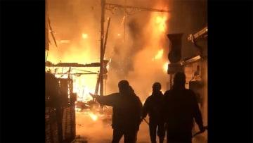 木造密集地で火災 7棟焼損 煙が地をはう