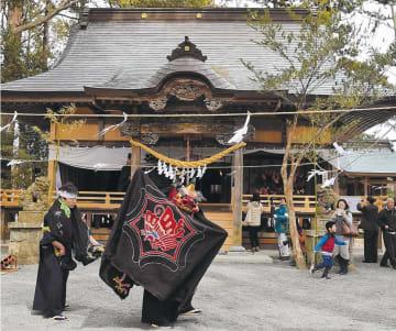 改修を終えて完成した初発神社に神楽が奉納された