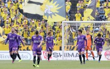 サンガ―柏 試合終了間際、柏にゴールを許し肩を落とすサンガイレブン(西京極)