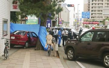 90歳女性が運転する乗用車(左)が、複数の歩行者をはねた現場付近=2018年5月、神奈川県茅ケ崎市