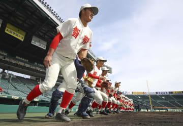 選抜高校野球大会の甲子園練習が始まり、グラウンドへ駆けだす智弁和歌山ナイン