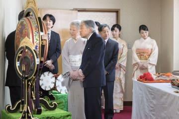 雅楽特別演奏会の合間に、雅楽楽器を見学される天皇、皇后両陛下と皇族方=18日午前、宮内庁楽部庁舎(宮内庁提供)