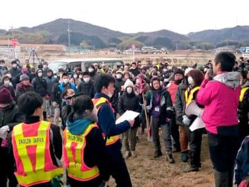老若男女350人が参加。見渡す限り清掃活動の景色に