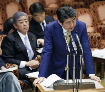 参院予算委で答弁する安倍首相。奥左は岩屋防衛相=18日午後