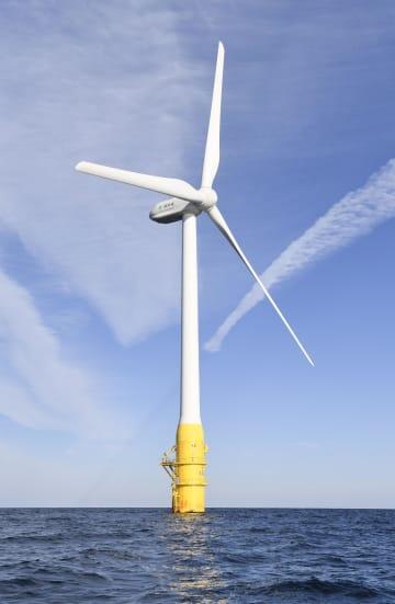 長崎県五島市沖の洋上風力発電のための風車=2018年11月