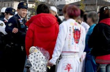 特攻服を着た中学生らが集まり一時騒然とした岡山ドーム(画像の一部を加工しています)=3月13日