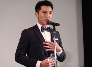 オーサカ Asia スター★アワードの受賞スピーチをするロイ・チウ(大阪・西梅田のシネ・リーブルにて)
