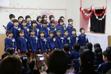 幼稚園生活を振り返り、教員や保護者に感謝を伝える卒園児