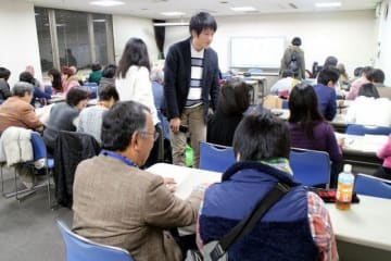 岡山国際交流センターで行われている岡山自主夜間中の授業。生徒数の増加で部屋の確保が困難になっている
