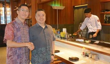 千房1号店で取材に応じた千房ホールディングスの中井社長(左)と、JADDIフーズのドニCEO=18日、ジャカルタ(NNA撮影)