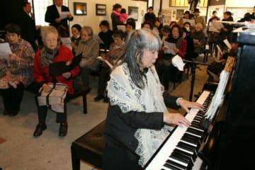 寄贈したピアノを演奏するメルヘン大使の岩崎さん=玖珠町