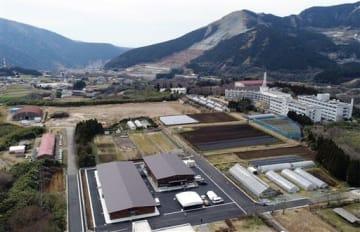 二つの新しい農学実習場(左下)が完成した東海大阿蘇キャンパス=18日、南阿蘇村(池田祐介・堀江利雅、小型無人機で撮影)