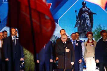 クリミア編入5年の祝賀コンサートの冒頭、演説するプーチン・ロシア大統領(中央)=18日、クリミア・シンフェロポリ(タス=共同)