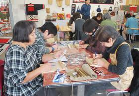ホオノキに三角刀をあてる参加者たち