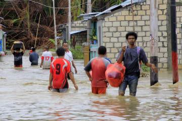 洪水の死者79人に インドネシア東部